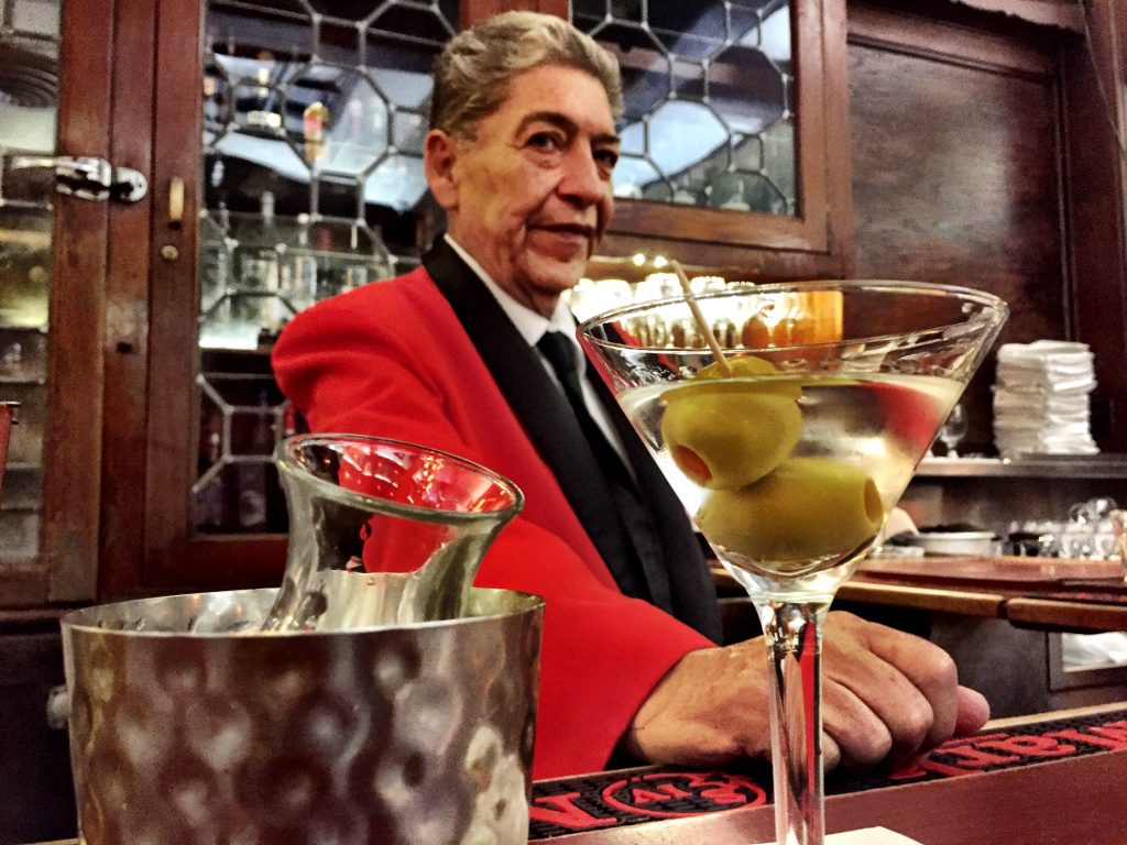 Musso & Frank bartender Ruben Rueda (48 years) knows that some people are now calling for a