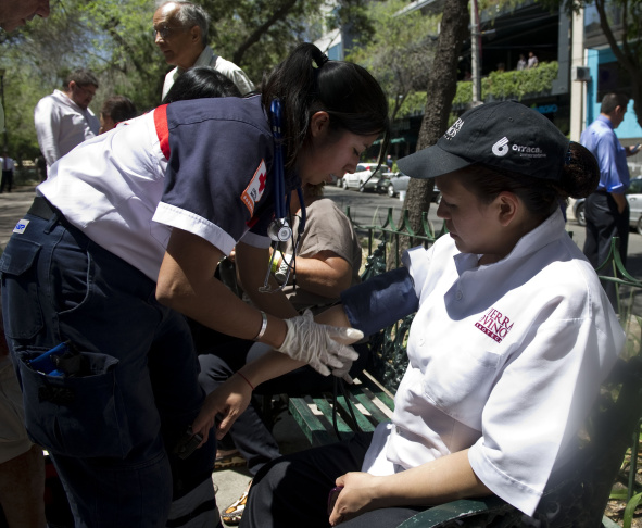 A member of the Mexican Red Cross assist