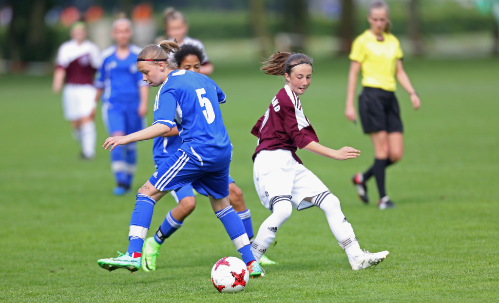 Players of Saarland and Mittelrhein fight for the ball during a match of the under 14 Girls Federal Cup at Sport School Wedau.