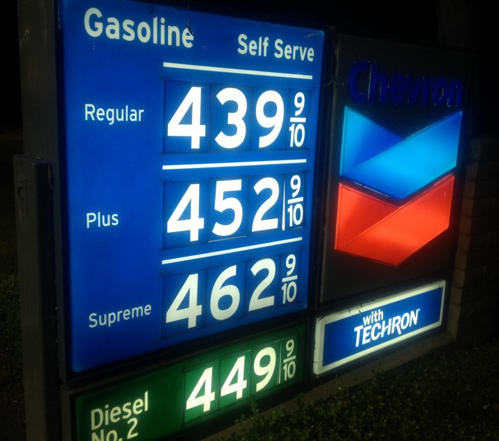 why does the price of gas Except, that is, in russia while in the past two years world oil prices have fallen 60 percent, the prices at the pump for gasoline in russia - one of the world's biggest oil producers .