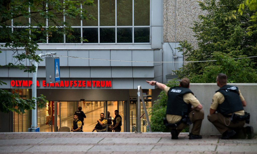 Police officers respond to a shooting at the Olympia Einkaufzentrum (OEZ) on July 22, 2016 in Munich, Germany.