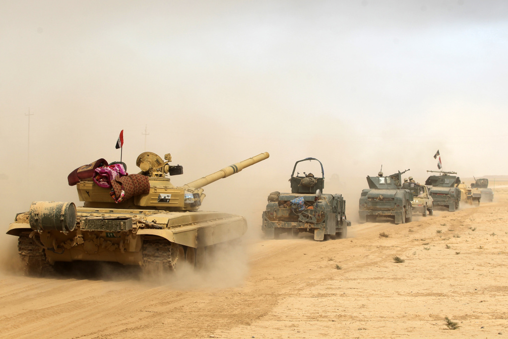Iraqi forces deploy on October 17, 2016 in the area of al-Shurah, some 45 kms south of Mosul, as they advance towards the city to retake it from the Islamic State (IS) group jihadists.
