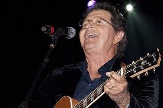 Mac Davis performing at the Alabama Music Hall of Fame Concert 2010.