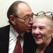 American futurist and writer Alvin Toffler kisses his wife and longtime writing and research partner Heidi after a news conference in India in 2002. Toffler was speaking about curbing global terrorism and poverty.