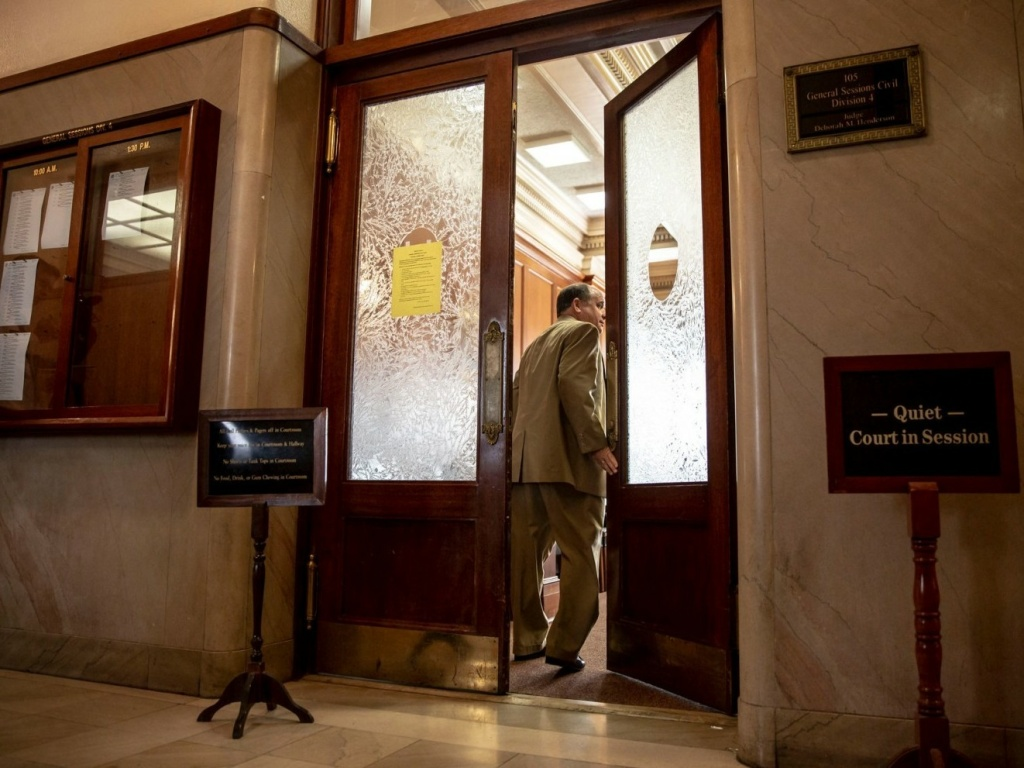 <em></em>R. Alan Pritchard, one of two attorneys for Methodist Le Bonheur Healthcare, heads into Shelby County General Sessions Court Wednesday in Memphis. He asked the court to drop more than two dozen cases as the hospital reviews its collection policies.