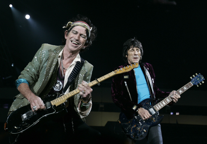 Keith Richards (L) and Ron Wood perform