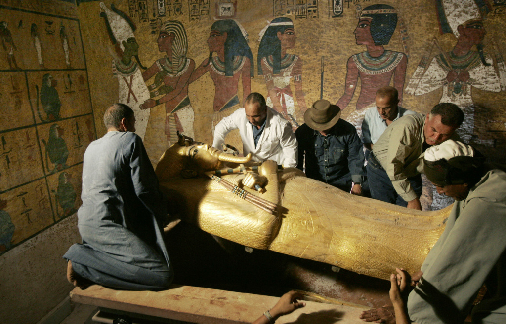 Egypt's antiquities chief Zahi Hawass (3rd L) supervises the removal of the lid of the sarcophagus of King Tutankhamun in his underground tomb in the famed Valley of the Kings in Luxor, 04 November 2007.
