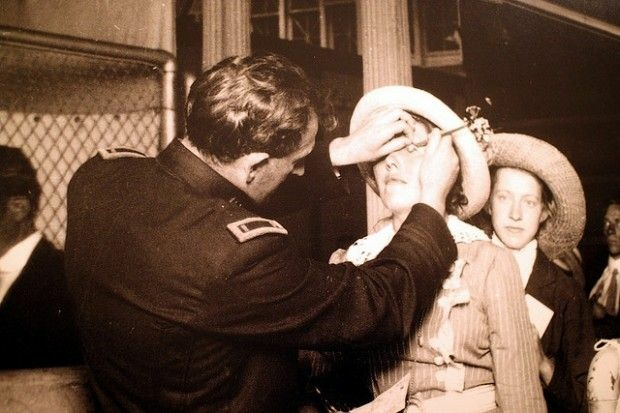 """A """"buttonhook eye inspection"""" for infection eye diseases at Ellis Island"""