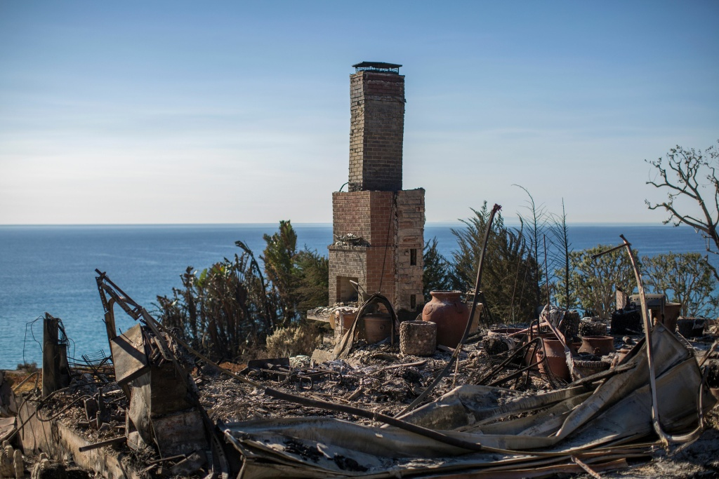 The ruins of an ocean view home are seen in the aftermath of the Woolsey Fire in Malibu, California on November 14, 2018. - Firefighters backed by air tankers and helicopters battled California's raging wildfires for a seventh day on Wednesday as the authorities in the worst-hit county released a list of over 100 missing people. Cal Fire said more than 3,500 fire personnel were battling the