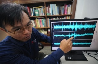Wu Yi-min, a professor at the National Taiwan University, describes how Taiwan's earthquake early warning system works.