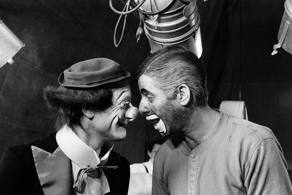 US comedian, director and singer Jerry Lewis (R) jokes with Pierre Etaix, on March 22, 1972, during the shooting of the film