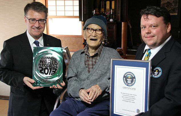 115-year-old Jiroemon Kimura with representatives from the Guinness World Records.