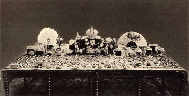 After the 1917 revolution, Russia's new rulers debated what to do with the crown jewels. This 1925 photo shows the collection. However, a 1922 album at the U.S. Geological Survey includes photos of four items that are missing from the 1925 photo.