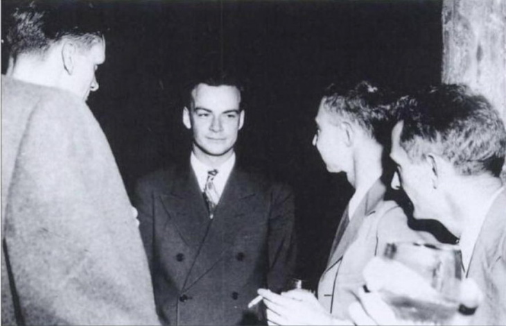 Richard Feynman (center) and Robert Oppenheimer (right of Feynman) at Los Alamos National Laboratory during the Manhattan Project.