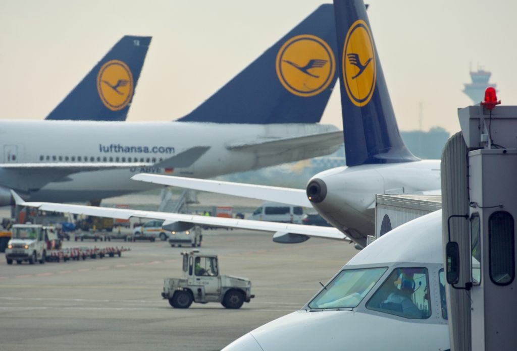Aircraft are prepared to start at the airport in Frankfurt am Main, western Germany, October 29, 2012.International air travel from Europe and Asia was hit by flight cancellations as much of the United States' eastern region battened down for the threatened impact of Hurricane Sandy.