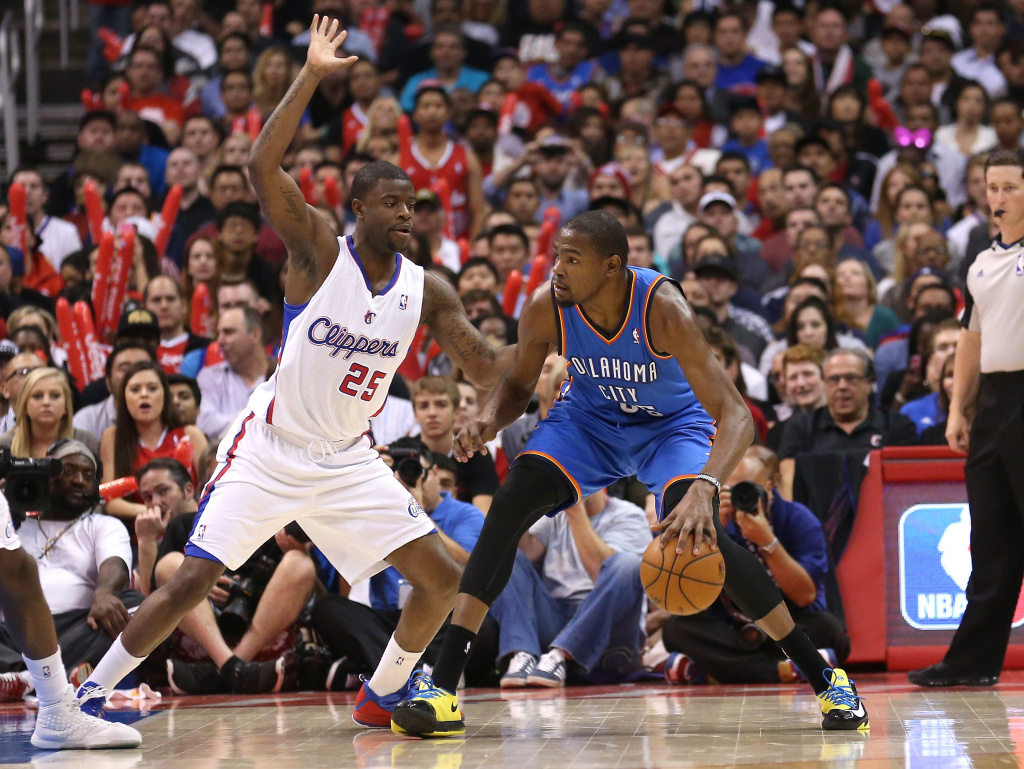Kevin Durant #34 of the Oklahoma City Thunder controls the ball against Reggie Bullock #25 of the Los Angeles Clippers at Staples Center on Nov. 13, 2013 in Los Angeles.