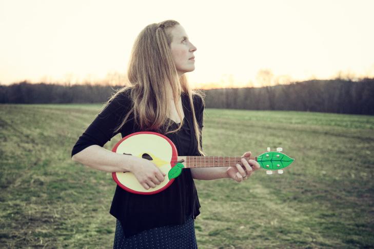 Image of singer/songwriter Elizabeth Mitchell.