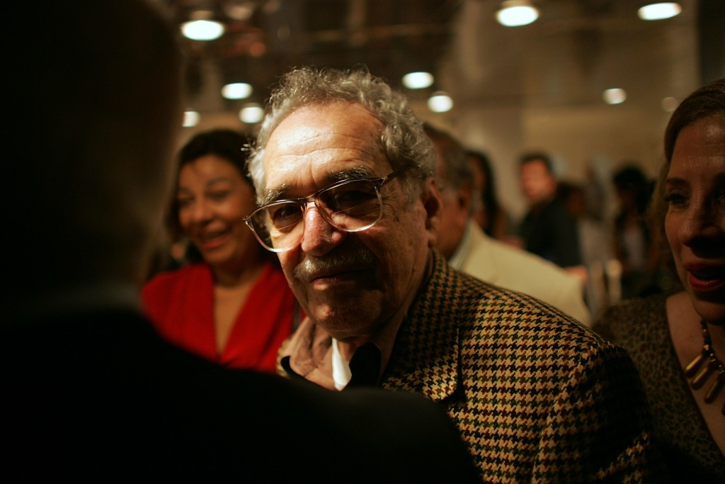 Colombian writer Gabriel Garcia Marquez (C) arrives for the 28th New Latin American Cinema Festival at the Karl Marx theatre December 5, 2006 in Havana, Cuba.