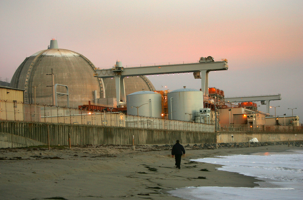 Edison International said it will meeting March 27 with California regulators to discuss a possible settlement deal over the costs of replacement power for the closed San Onofre Nuclear Generating Station. At issue is who should pay: company shareholders or ratepayers. (File photo: Evening sets on the San Onofre atomic power plant December 6, 2004 in northern San Diego County, south of San Clemente, California. )