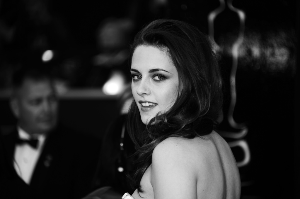 Actress Kristen Stewart arrives on the red carpet for the 85th Annual Academy Awards on February 24, 2013 in Hollywood, California.