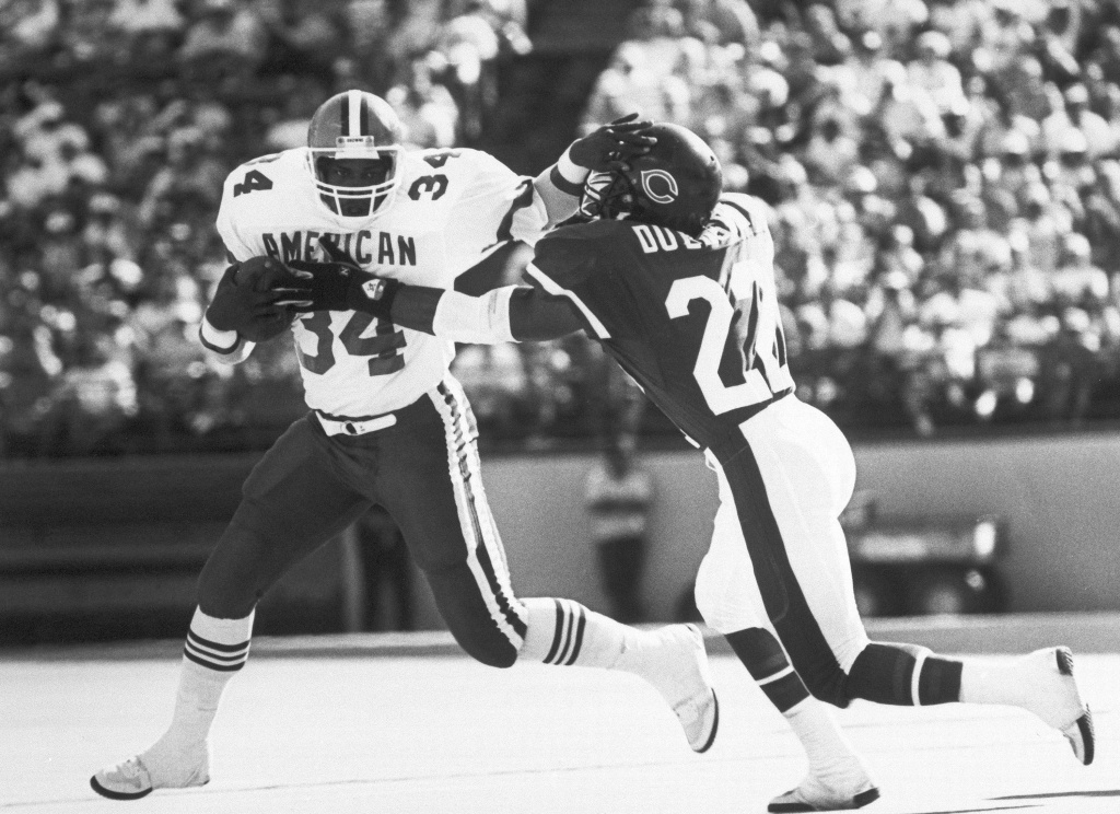 Kevin Mack (left) of the Cleveland Browns tries to get away from the grasping hands of Dave Duerson of the Chicago Bears in Feb. 7, 1988. Duerson committed suicide in 2011 and wrote a note that included this request: