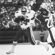 "Kevin Mack (left) of the Cleveland Browns tries to get away from the grasping hands of Dave Duerson of the Chicago Bears in Feb. 7, 1988. Duerson committed suicide in 2011 and wrote a note that included this request: ""Please see that my brain is given to"
