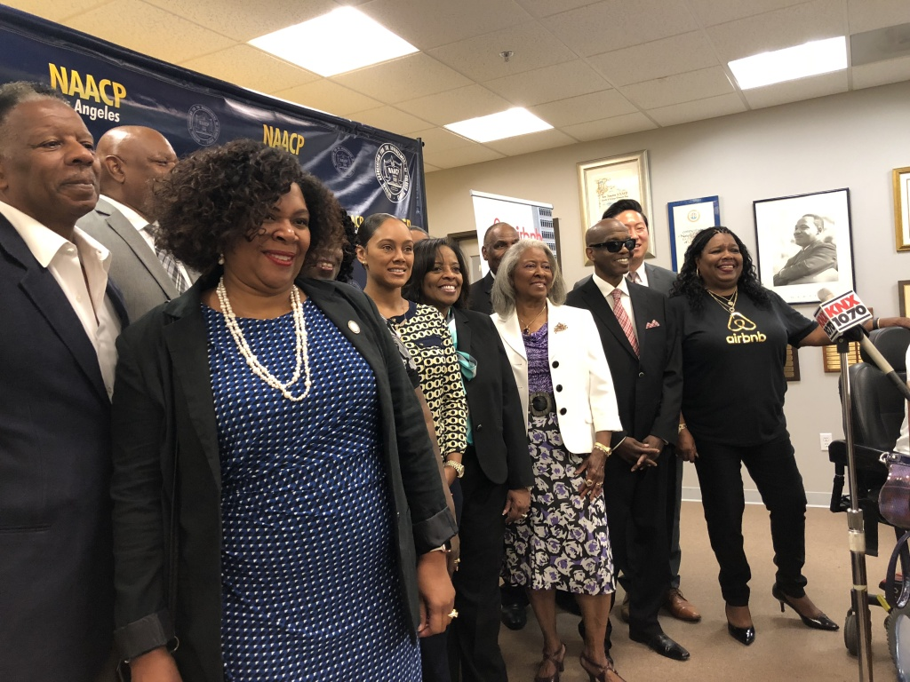 Members of NCAAP along with Airbnb unveiled their new revenue partnership in Los Angeles. Their goal is to recruit more black Angelenos to become hosts. Los Ángeles is the second city in the US to join this partnership
