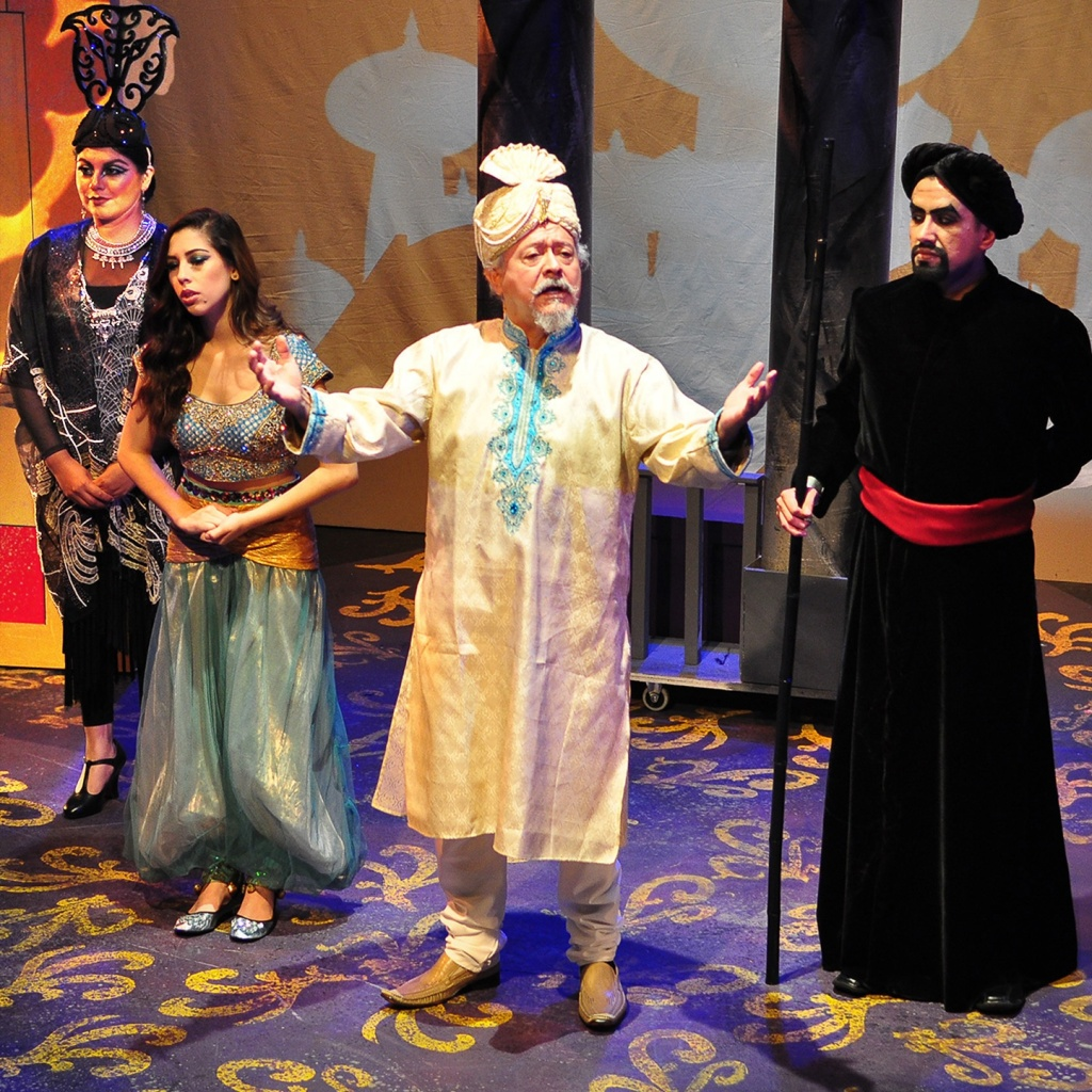 Rosa Navarrete as Rajah, Sarah Kennedy as Princess Jasmín, Henry Madrid as the Sultan, and Luis Marquez as Jafar in