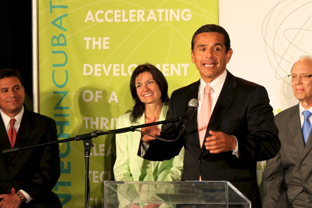 Mayor Villaraigosa praises the new Los Angeles Cleantech Incubator.