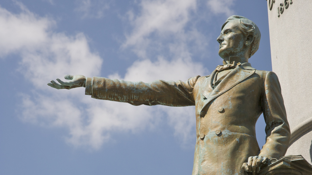 Commission members recommended that the monument to Jefferson Davis be taken down. The bronze statue was unveiled in 1907 at a reunion of thousands of Confederate veterans.