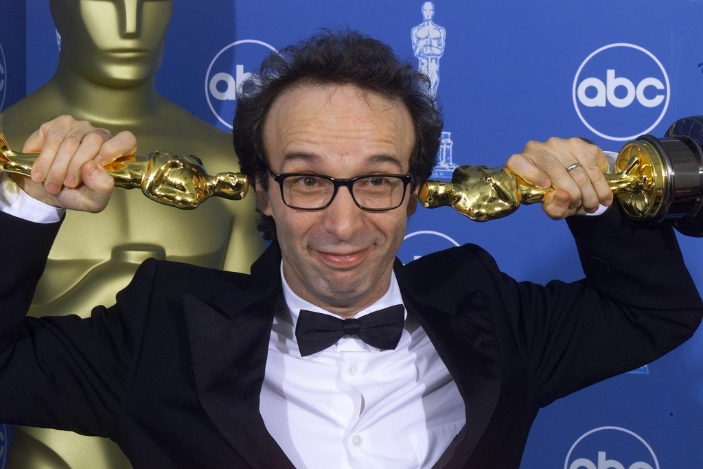 Double Oscar winner for Best Foreign Film and Best Actor Roberto Benigni poses for photographers 21 March, 1999 at the Dorothy Chandler Pavilion in Los Angeles during the 71st Annual Academy Awards.