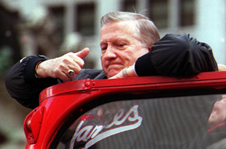 New York Yankees' owner George Steinbrenner gives a thumbs up as the team goes up Broadway in New York 30 October, 2000, during a ticker-tape parade for the team.