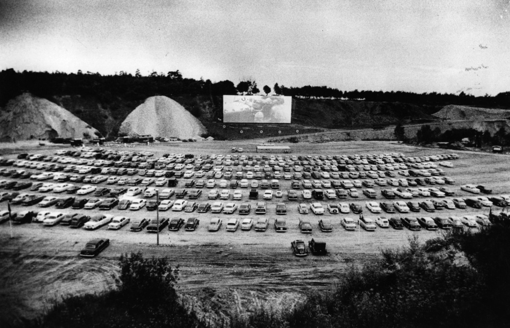 550 cars watch the film on the opening night of the first drive-in cinema in Scandinavia.