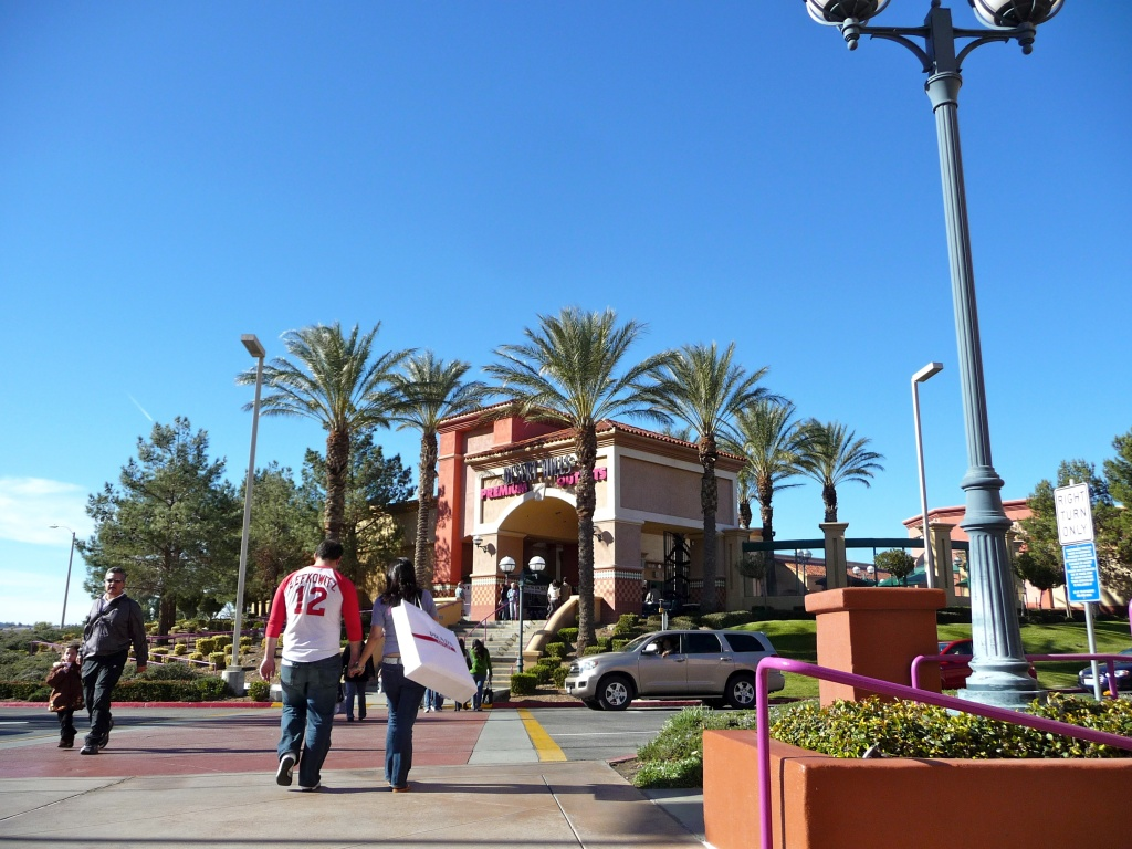 Desert Hills Premium Outlets in Cabazon is another mall from Simon Premium outlets, one of the companies behind the new mall coming to Carson.