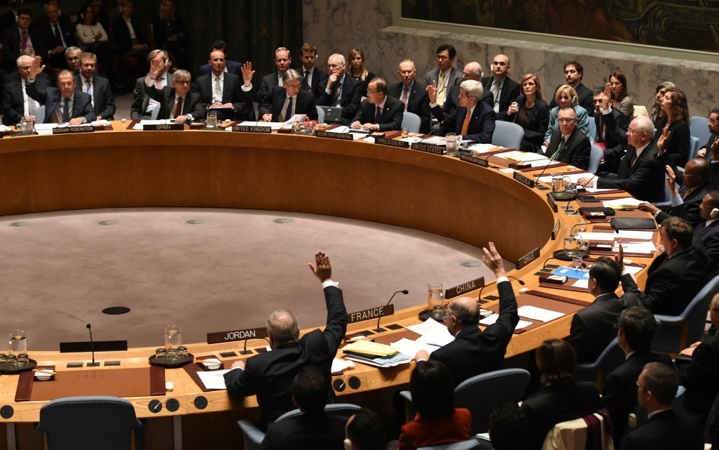 Foreign Ministers vote during a UN Security Council meeting on Syria at the United Nations in New York on December 18, 2015.