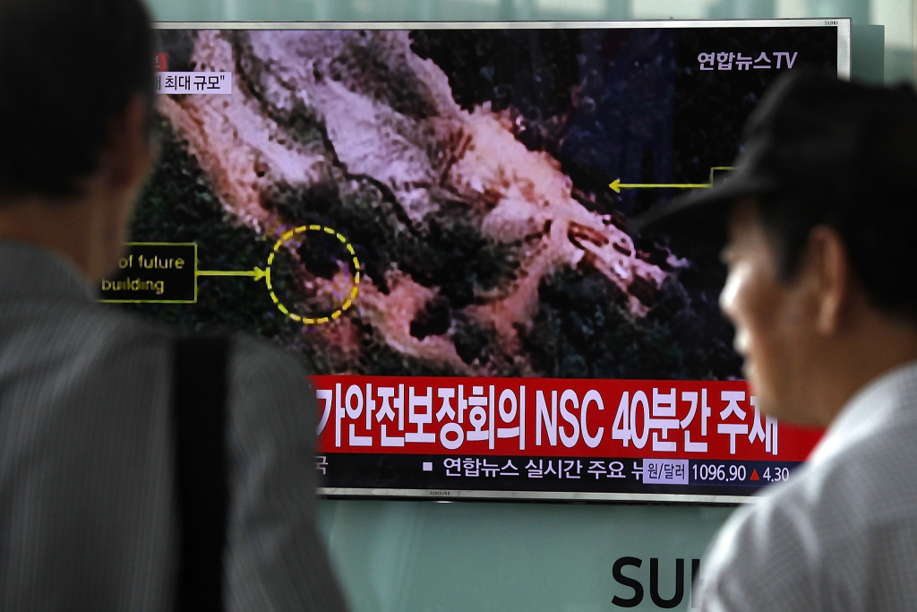South Koreans watch TV news reporting the North Korea's nuclear test at the Seoul Railway Station on September 9, 2016 in Seoul, South Korea.