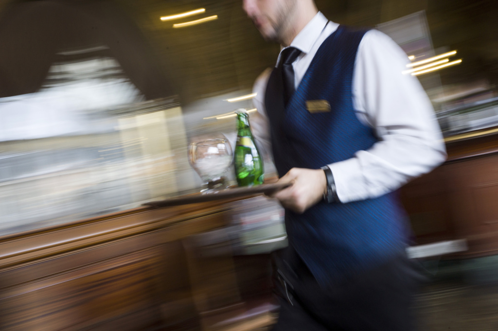 More restaurants are experimenting with no-tipping policies, but the jury is still out, both for wait staff and for diners.