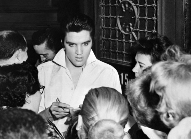 Rock'n roll legend Elvis Presley (C) is