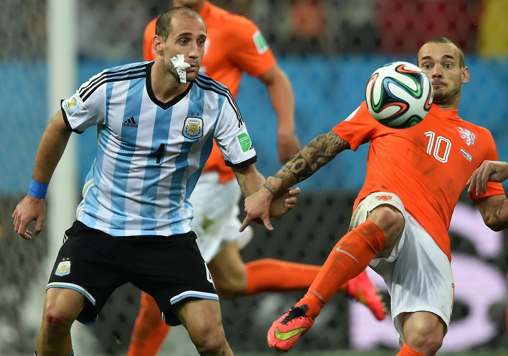 Netherlands' midfielder Wesley Sneijder (R) controls the ball watched by Argentina's defender Pablo Zabaleta during the semi-final football match between Netherlands and Argentina of the FIFA World Cup at The Corinthians Arena in Sao Paulo on July 9, 2014.