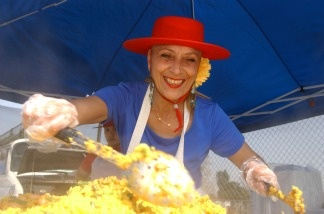A vendor prepares paella, a Spanish dish, at the Hollywood Farmers' Market on March 1, 2002.