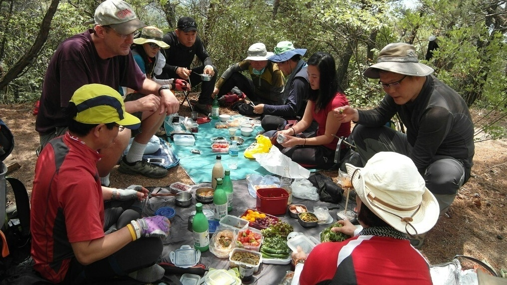 A typical midhike feast once hikers reach their destination.