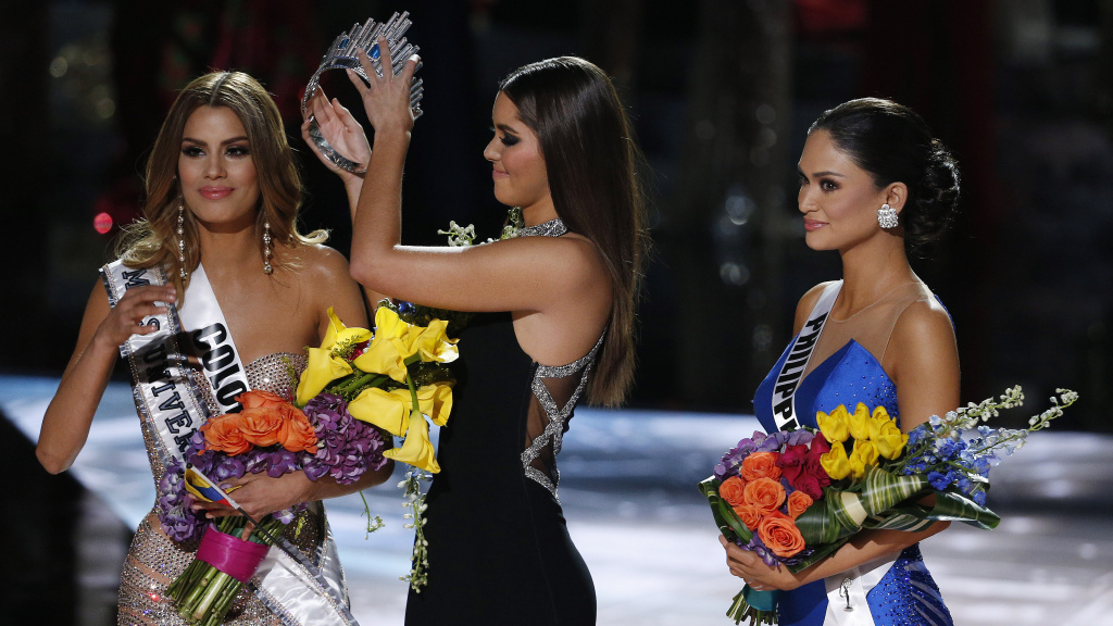 Former Miss Universe Paulina Vega removes the crown from Miss Colombia Ariadna Gutierrez Arevalo before giving it to Miss Philippines Pia Alonzo Wurtzbach at the Miss Universe pageant Sunday night in Las Vegas. Arevalo was incorrectly named the winner before Wurtzbach was given the crown.