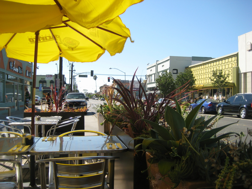 Outdoor patio at Lola's in Long Beach (Brad Davis via Flickr Creative Commons)