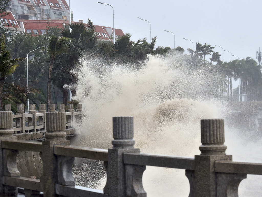 In the grips of Typhoon Mangkhut on Sunday, waves crashed against the coastline in Zhuhai, southern China's Guangdong province. The storm has torn through the Philippines, Hong Kong and Macau.