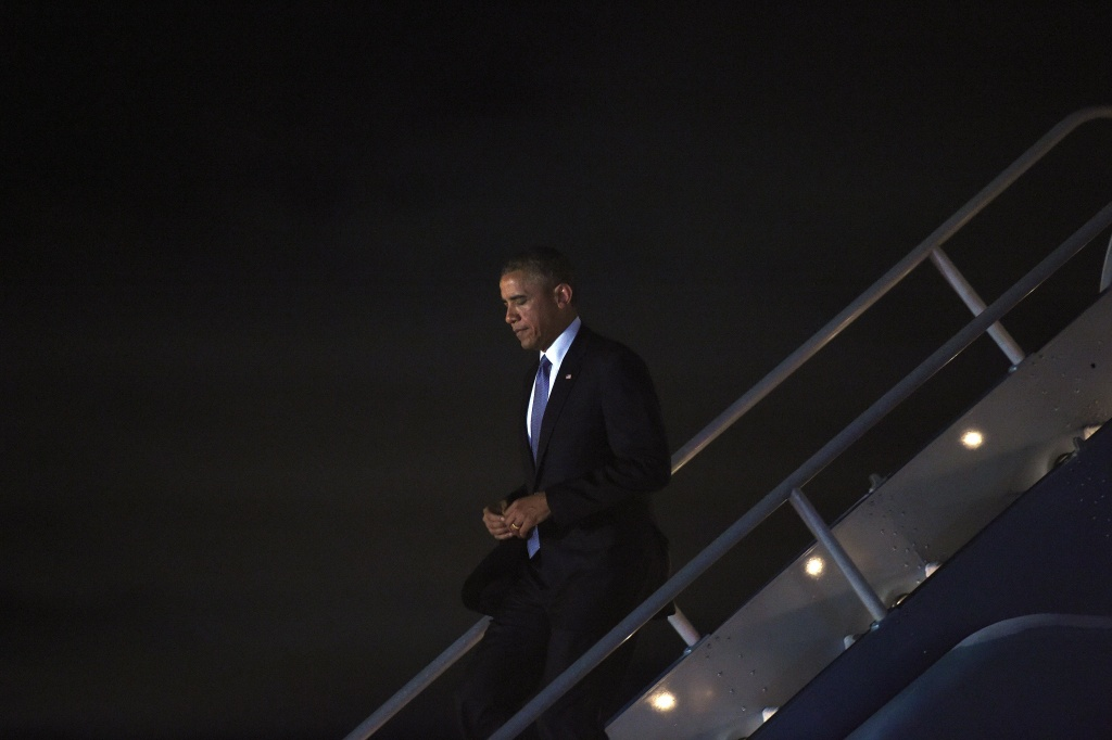 US President Barack Obama disembarks from Air Force One at San Francisco International Airport in San Francisco, California, on July 22, 2014.