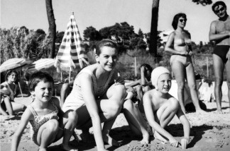 A file picture taken September 27, 1957 shows English actress Deborah Kerr (C) posing with her daughters Melanie Jane, 9, (R) and Francesca Anne, 6, (L) at La Lavandou beach in Cannes, Southern France.
