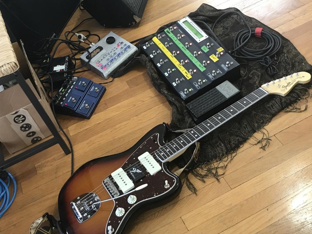 Naia Izumi's guitar and miscellaneous gear
