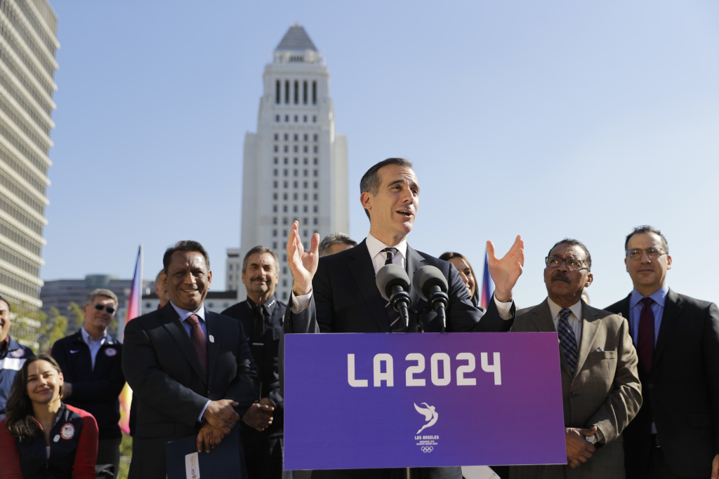Los Angeles Mayor Eric Garcetti, center, speaks during a Jan. 2017 news conference.