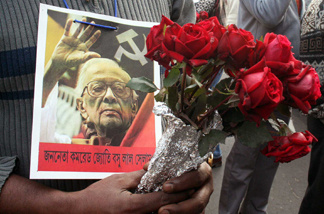 A mourner holds flowers outside the Assembly House in Kolkata to catch a glimpse of late veteran communist leader Jyoti Basu.