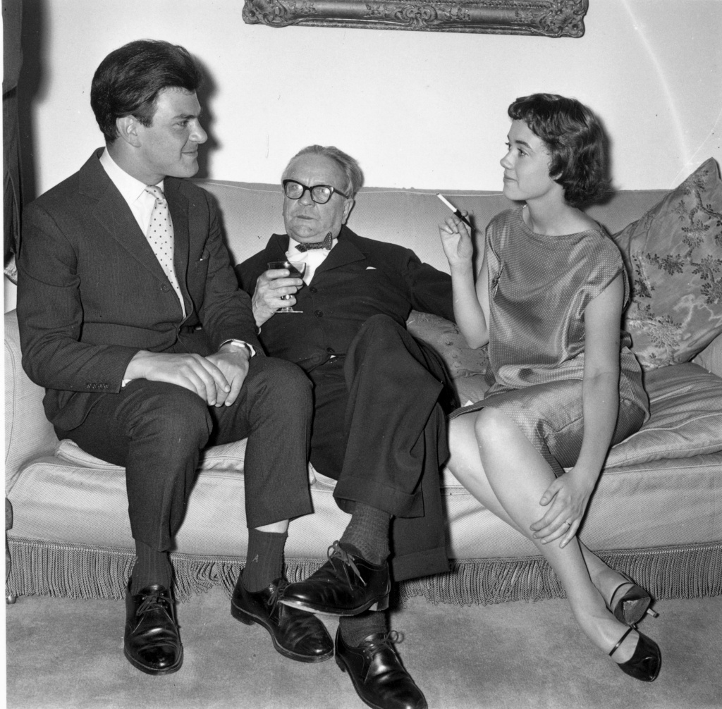 American thriller writer Raymond Chandler (1888 - 1959), center, at a party in Portman Square, London on June 24, 1958. On either side of him are publisher Anthony Blond (1928 - 2008) and Blond's wife Charlotte.